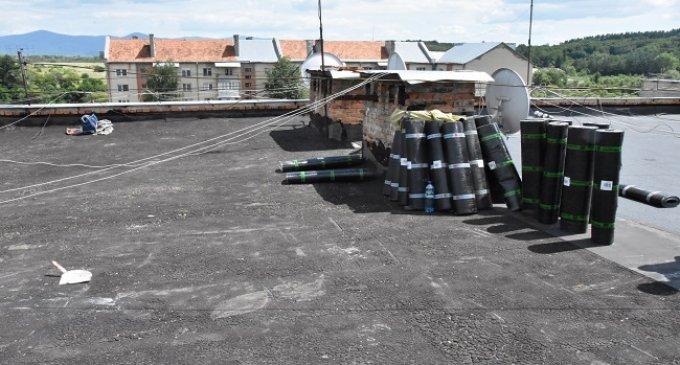 У місті продовжується ремонт дахів багатоповерхівок