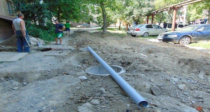 У Чопі, на вулиці Йосипа Бокшая, облаштовують каналізаційні люки