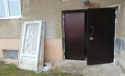 У Чопі в багатоквартирних будинках замінюватимуть двері