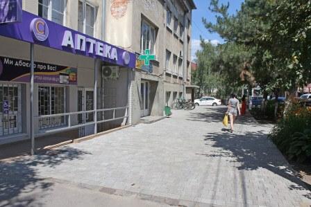 В Мукачеві біля поліклініки тротуари викладено плиткою
