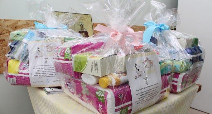 Немовлята, які народилися цьогоріч в Мукачеві  отримують подарункові набори