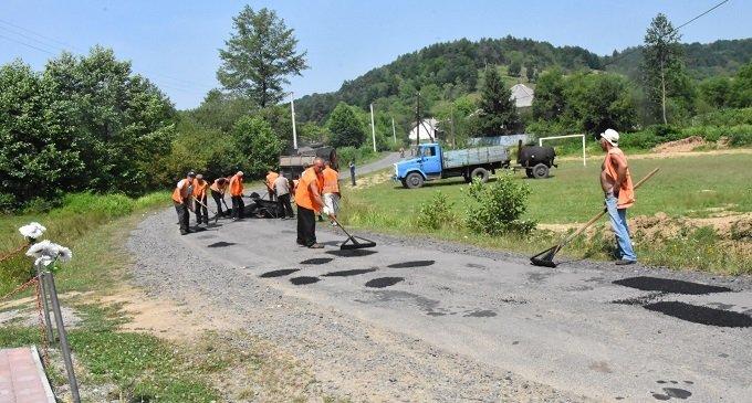Фотозвіт: ремонт доріг у напрямку села Собатино