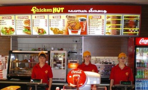 """В Ужгороді у """"Chikeen Hut"""" продають протухші крильця"""