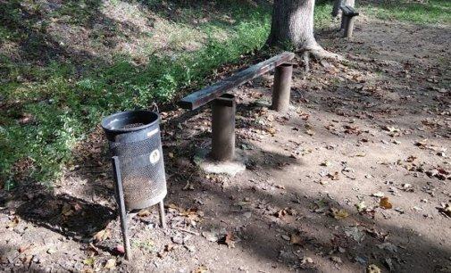 У Іршаві невідомі пошкодили декілька лавиць