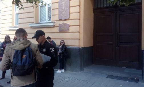 В Закарпатський угорський інститут ім. Ф. Ракоці не пускають громадськість, журналістів та навіть поліцію