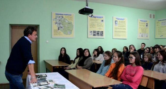 Декан факультету іноземної філології УжНУ пішов у школу на гірській Міжгірщині