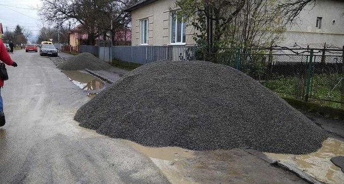 В Іршаві проводиться ремонт тротуару