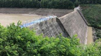 Найбільше водосховище Закарпаття: як відбувається спуск води з греблі (ВІДЕО)