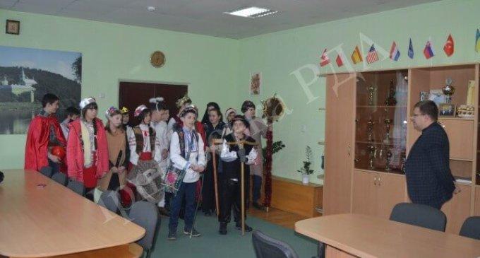 До керівника Іршавського району завітав різдвяний вертеп