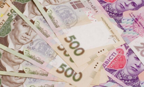 Мінімальну зарплату в Україні підвищать – коли та на скільки