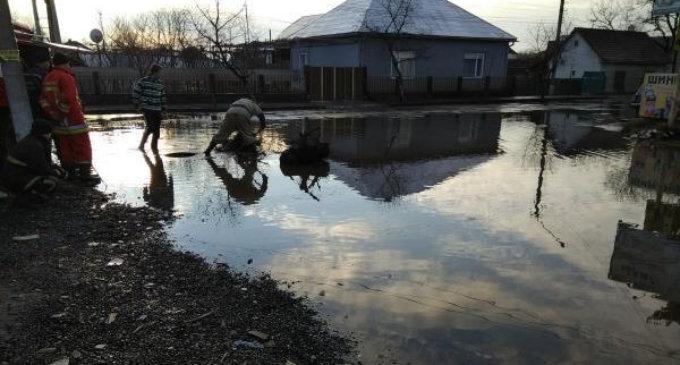 В Іршаві рятувальники приступили до ліквідації підтоплення центральної дороги