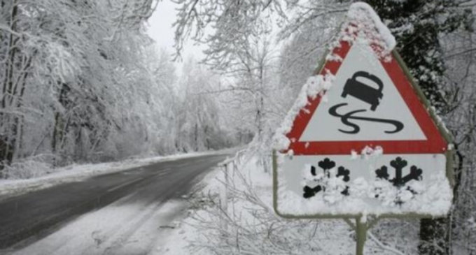 """Через ожеледицю рейсовий автобус """"Колочава-Ужгород"""" з'їхав на узбіччя"""