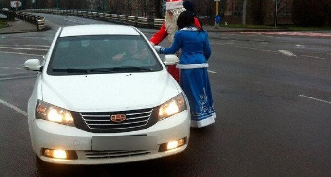 Дід Мороз і Снігурочка зупиняли водіїв в Ужгороді