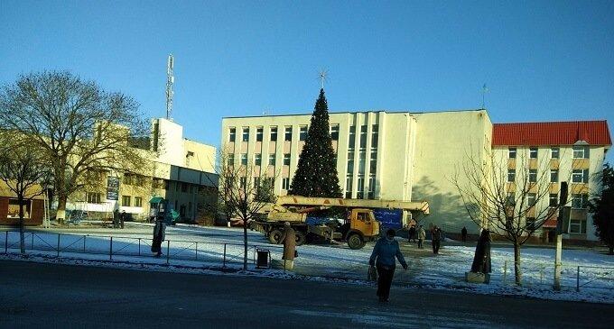 В Іршаві демонтували новорічну атрибутику
