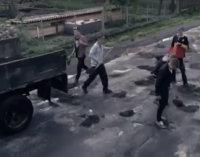 Люди самотужки ремонтували найгіршу закарпатську дорогу