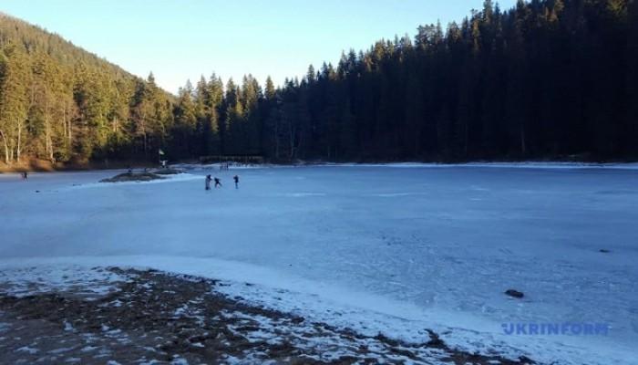 Фото дня: високогірне озеро Синевир на Закарпатті скувала крига