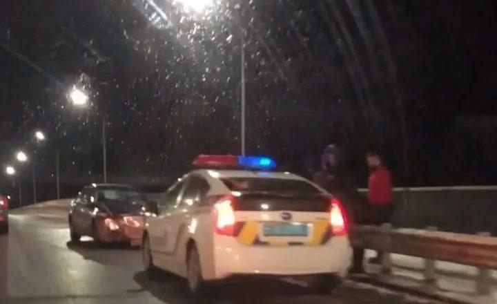 Автомобіль ледь не злетів з мосту в річку та протаранив відбійник нового мосту