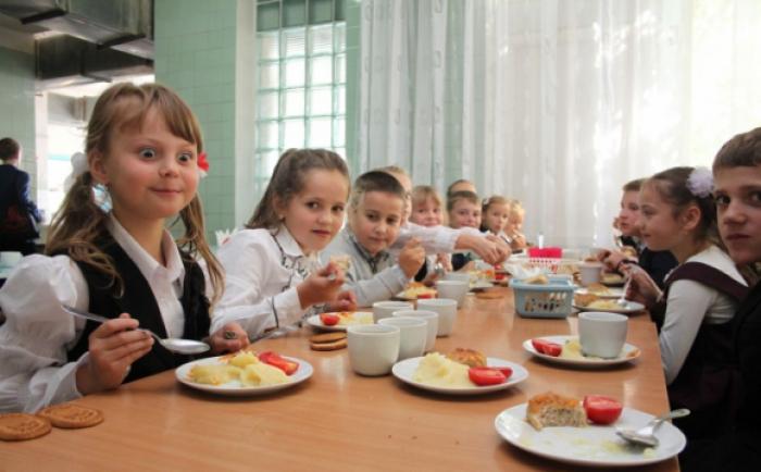 Зі шкільних їдалень зникнуть ковбаси, сосиски та заморожені напівфабрикати – уряд