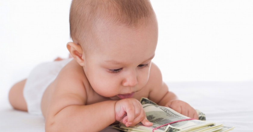 Піднімуть суму допомоги при народженні дитини: відомо на скільки