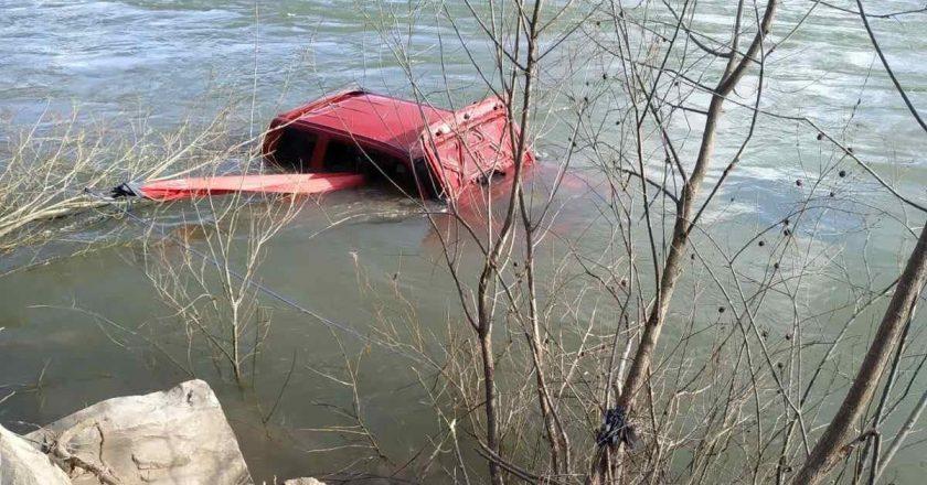 Курйоз дня: річка заволоділа автомобілем – подробиці (+фото)