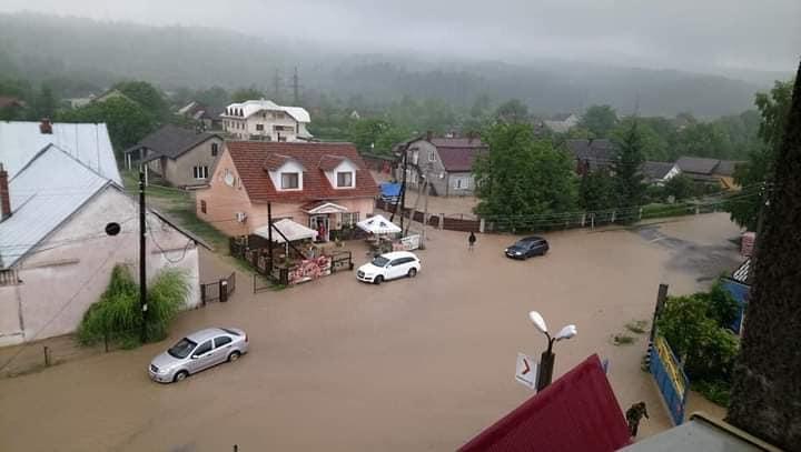 Дощі на Закарпатті: вода залила вулиці, а хтось продовжує вивозити ліс (ФОТО)