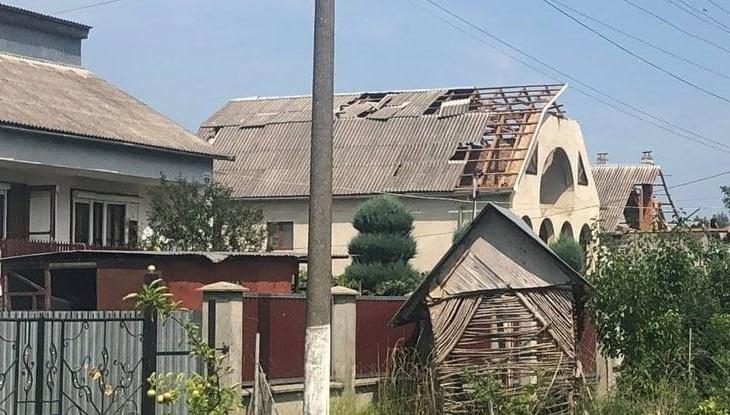 Наслідки негоди на Закарпатті: вітер пошкодив понад 30 покрівель будинків