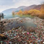 Як викидається сміття в Карпатах біля Синевира (ВІДЕО)